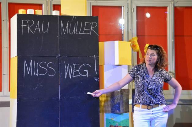 Christine Walser als Jessica mit dem Titel des Stücks auf der Wandtafel.