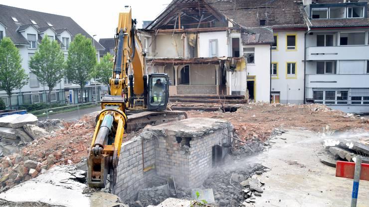 Zu Beginn der Gmeind werden Bilder vom Abriss Oschen/Rössli in einer Diashow gezeigt.