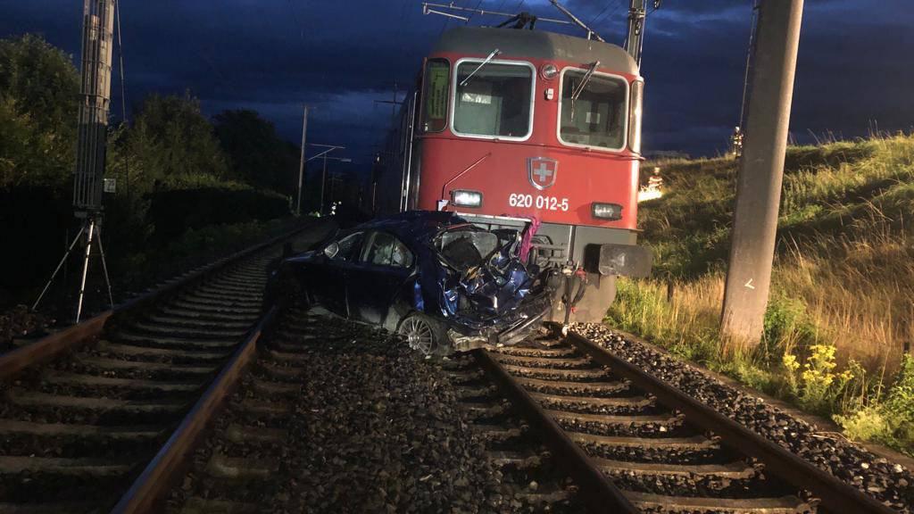 Auto stürzt auf Bahntrasse – Güterzug kracht hinein