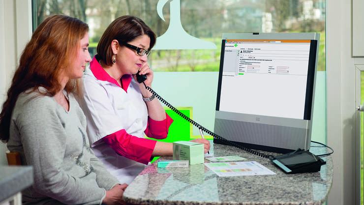 Per Telefon ist ein Arzt zugeschaltet: Apothekerin berät eine Patientin in einer Apotheke im Kanton Bern.
