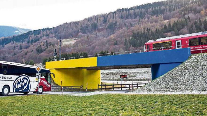 In einer Nacht- und Nebelaktion wurde die Brücke blau und gelb angemalt.