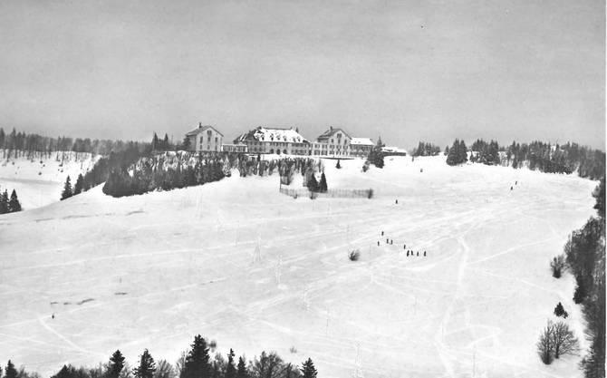 Schneesport auf dem «Göiferlätsch» vor dem Kurhaus auf einer Ansichtskarte von 1939.
