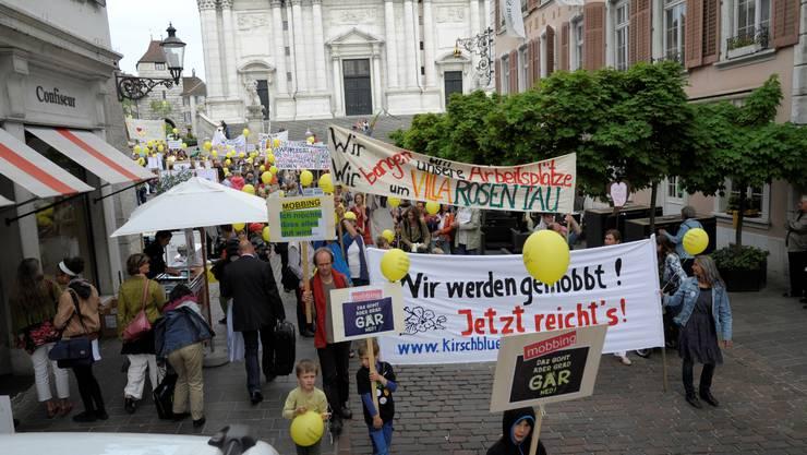 2011 wehrten sich Kirschblütler in einer Demo durch die Altstadt gegen die Vorwürfe gegen die Gemeinschaft. Diese Woche verabschiedete die Ärztegsellschaft Avanti nun eine offizielle Stellungnahme.