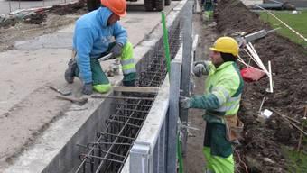 Baufachleute arbeiten an der Lärmschutzwand bei den Liegenschaften an der Baslerstrasse in Laufenburg