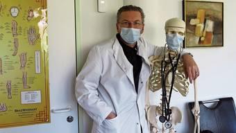 Alltag mit Mundschutz: Der Bergdietiker Hausarzt Claudio Lorenzet trotz der zusätzlichen Belastung den Humor nicht verloren.