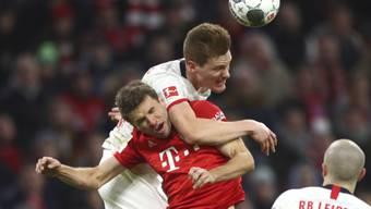 Bayerns Thomas Müller (unten) im Zweikampf mit Leipzigs Marcel Halstenberg