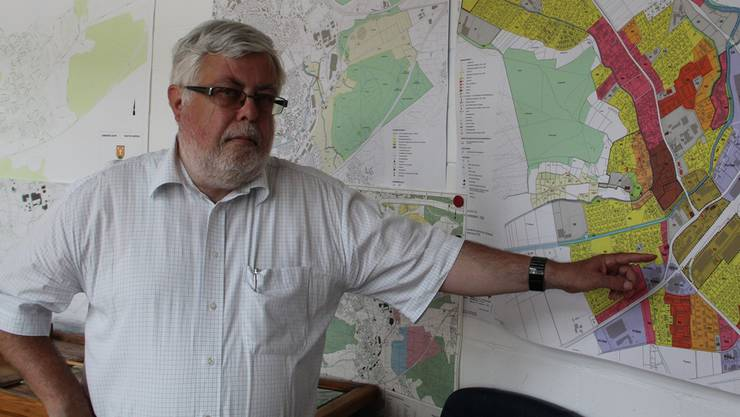 Die Verlegung der Bahn brachte der Gemeinde neue Entwicklungsmöglichkeiten: Gemeindepräsident Beat Rüetschi erklärt die Pläne. Kel