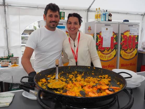 José Luis und Marianna Fraile aus Spanien kochten in ihrer Beiz Paella.