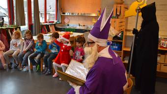 Die Kindergärtler aus dem Bienen-Kindergarten Sarmenstorf warteten schon lange auf den Besuch des bärtigen Mannes im violetten Gewand.