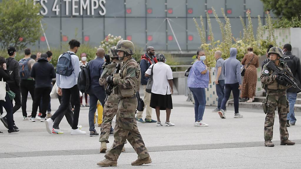 Soldaten patrouillieren vor dem Einkaufszentrum «Les Quatre Temps» im Geschäftsviertel La Défense westlich von Paris. Foto: Christophe Ena/AP/dpa