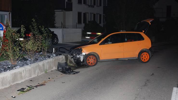 Der Autofahrer kollidierte mit der Mauer.