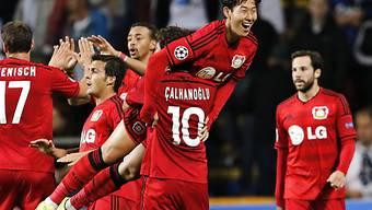 Leverkusens Calhanoglu feiert mit 3:2-Torschütze Heung-Min Son