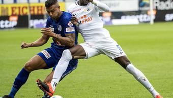 Lucas Alves (links) und Assan Ceesay kämpfen um den Ball