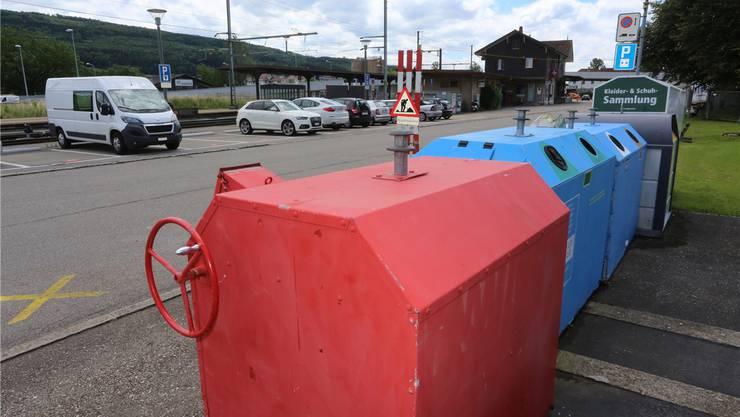 Die Altglas-Sammelstelle beim Bahnhofplatz soll dort bleiben, fand die Gemeindeversammlung am Montag.