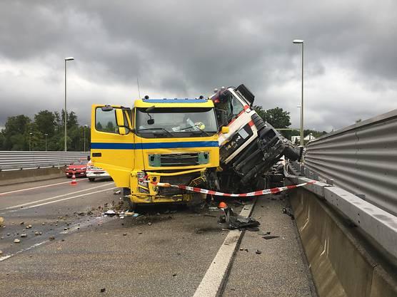 Ein Unfall zwischen mehreren Lastwagen auf der Zürcher Westumfahrung führt zu einem Verkehrschaos.