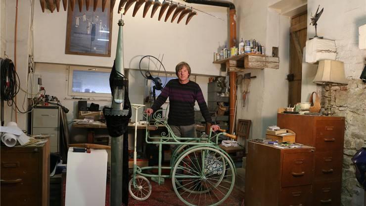 Verbringt kurz vor der Ausstellung viel Zeit in der Werkstatt: Objektkünstler Daniel Waldner. Dennis Kalt