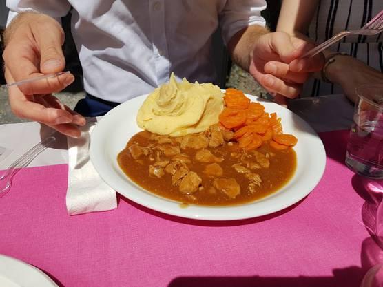 Die Rüebli sind etwas verkocht, absonsten schmeckt auch das Fleischmenü.