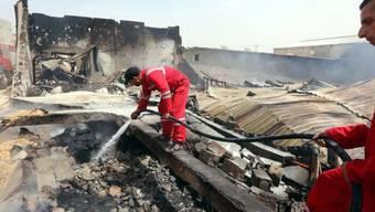 Feuerwehrmänner nach einer Explosion in Tripolis (Archiv)