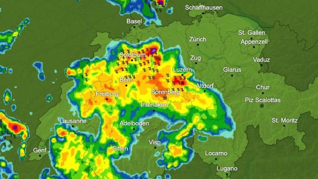 Mehrere Gewitterzellen zogen am Freitagabend über die Schweiz.
