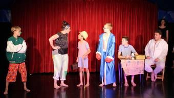 Die Knaben aus dem Kinderheim St. Benedikt bringen die Clown-Nummer bei der Hauptprobe fehlerfrei über die Bühne.