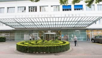 Die Zusammenarbeit zwischen Aarau und Baden ist trotz Kardiologie-Kündigung gewährleistet. Im Bild: der Eingang zum Kantonsspital Aarau.