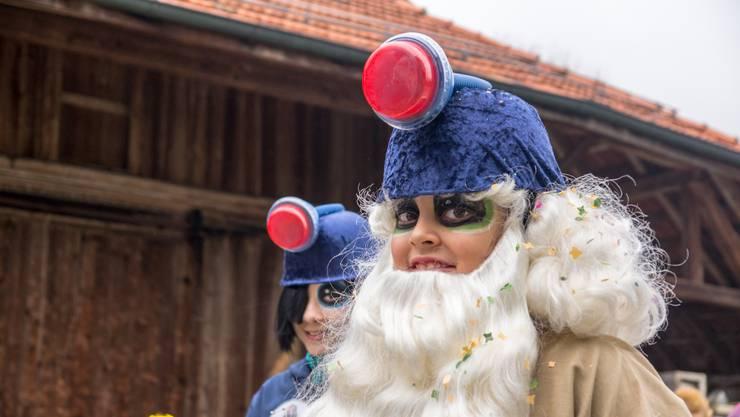 Die Migros-Wichtel, Sieger in der Kategorie Gruppenmaske, hatten vor dem Umzug kleine Süssigkeiten an die Senioren im Wohn- und Pflegeheim Egelsee verteilt.