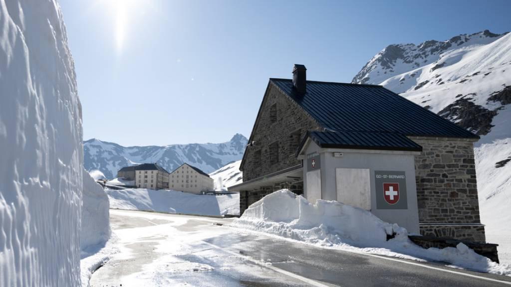 Schneefräsen räumen Hunderte Tonnen Schnee am Grossen St. Bernhard