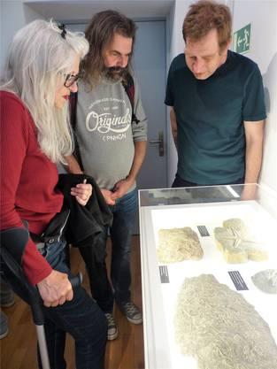 Hobbyarchäologe Marcel Mühlebach (rechts) erklärt den Besuchern die Funde.