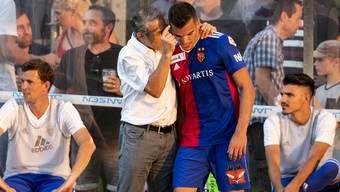 Basels Trainer Marcel Koller nimmt sich Basels Kevin Bua zur Brust.