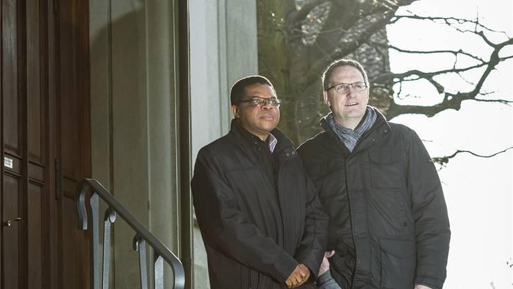 Pater Solomon (links) und Gemeindeleiter Simon Meier vor der katholischen Kirche St.Nikolaus in Brugg. Ab Oktober 2016 werden sie den neuen Pastoralraum Region Brugg-Windisch gemeinsam leiten. Chris Iseli