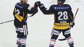 Martin Plüss (r.) und Teamkollege Ivo Rüthemann als erfolgreiche Skorer gegen Fribourg