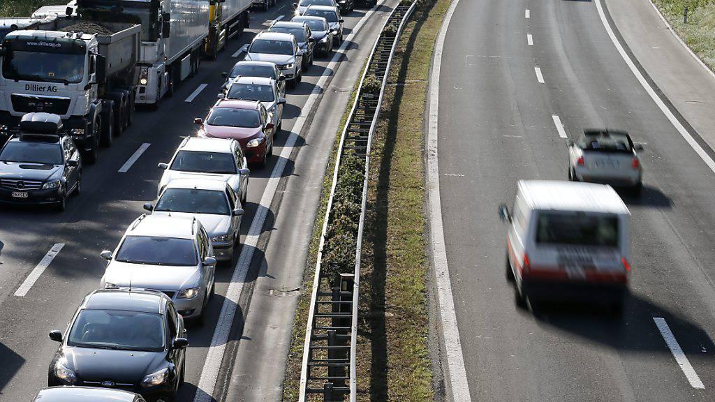 Das Bundesgericht hat Beschwerden von zwei Luzerner Gemeinden im Zusammenhang mit Lärmsanierungen an der stark befahrenen Autobahn A2 gutgeheissen. (Archivbild)