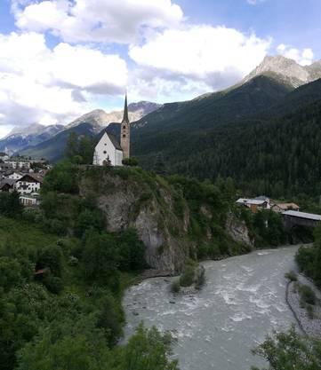 Die reformierte Kirche von Scuol befindet sich an exponierter Lage über dem Inn, direkt an einem Felsabhang.