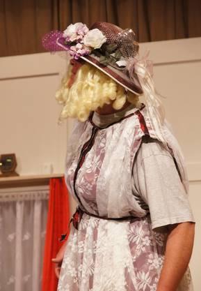 Andre Stocker (gespielt von Ueli Schöni) will versuchen ob das Leben mit Frauenkleidern einfacher ist