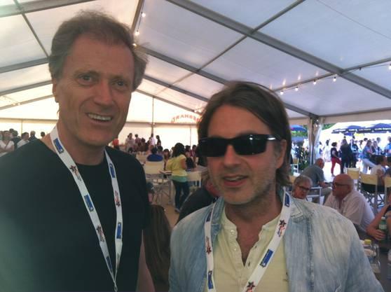 Migros-Chef Herbert Bolliger mit Starwerber Frank Bodin im VIP-Zelt während draussen Lovebugs spielt