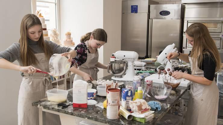 In der Backstube von Sisi Siewert auf dem Kunzareal in Unterwindisch backen die drei Mädchen Kuche, Cakepops und Cupcakes.