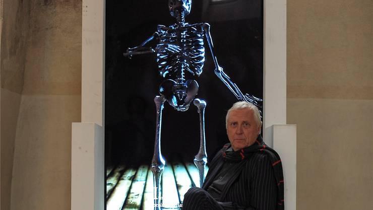 Peter Greenaway posiert in der Predigerkirche vor einer Vorschau auf sein Totentanzprojekt.