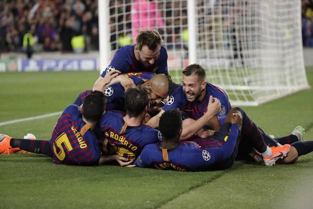 Sekunden später begraben ihn seine Mitspieler unter sich. Messi war Mann des Spiels, erzielte das 2:0 und 3:0 – sein 600. Tor als Barcelona-Profi.