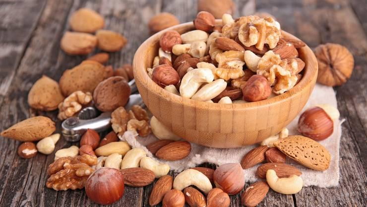 Nüsse oder lediglich deren Spuren können beim hochallergischen Kind lebensgefährliche Folgen haben.