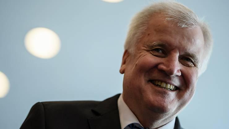 Der deutsche Innenminister Horst Seehofer freute sich, dass an seinem 69. Geburtstag auch 69 Afghanen abgeschoben wurden - nun kommen aber weitere Missstände bei deutschen Abschiebungen ans Licht. (Archivbild)