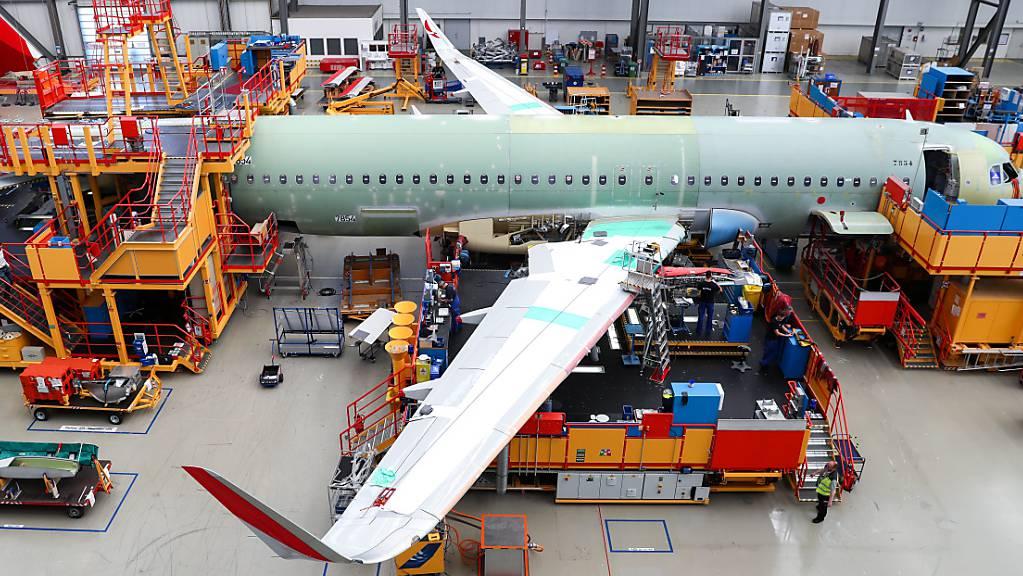 Der Flugzeugbauer Airbus hat 2020 trotz der Coronapandemie, die die Luftfahrt in eine nie dagewesene Krise gestürzt hat, mehr Aufträge kassiert als Stornierungen. (Symbolbild)
