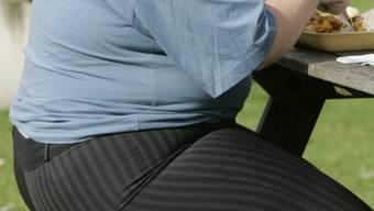 Auch nur eine Gewichtsreduktion um fünf Prozent senkt bei Übergewichtigen das Risiko für manche Erkrankungen deutlich. (Archiv)