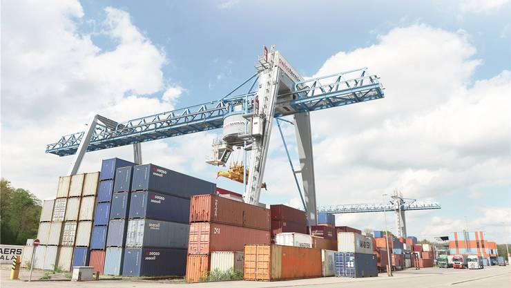 Im Bild der Terminal Frenkendorf, wo maritime Container, die auf der Schiene kommen, umgeschlagen werden.