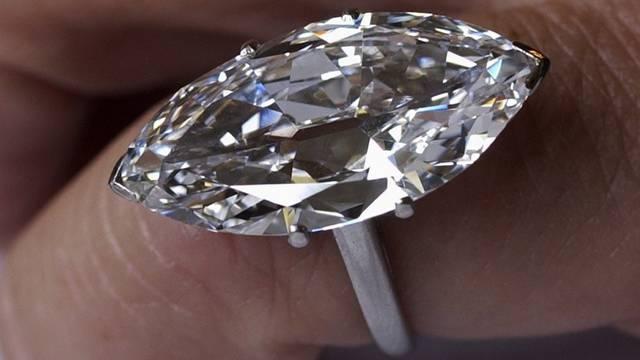 Der Unbekannte erbeutete zwei Fingerringe (Symbolbild)