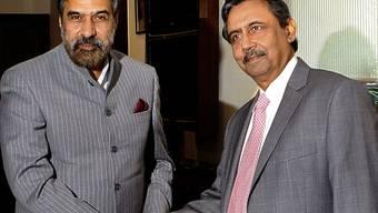 Der indische Handelsminister Anand Sharma (l) posiert mit seinem pakistanischen Amtskollegen Zafar Mahmood