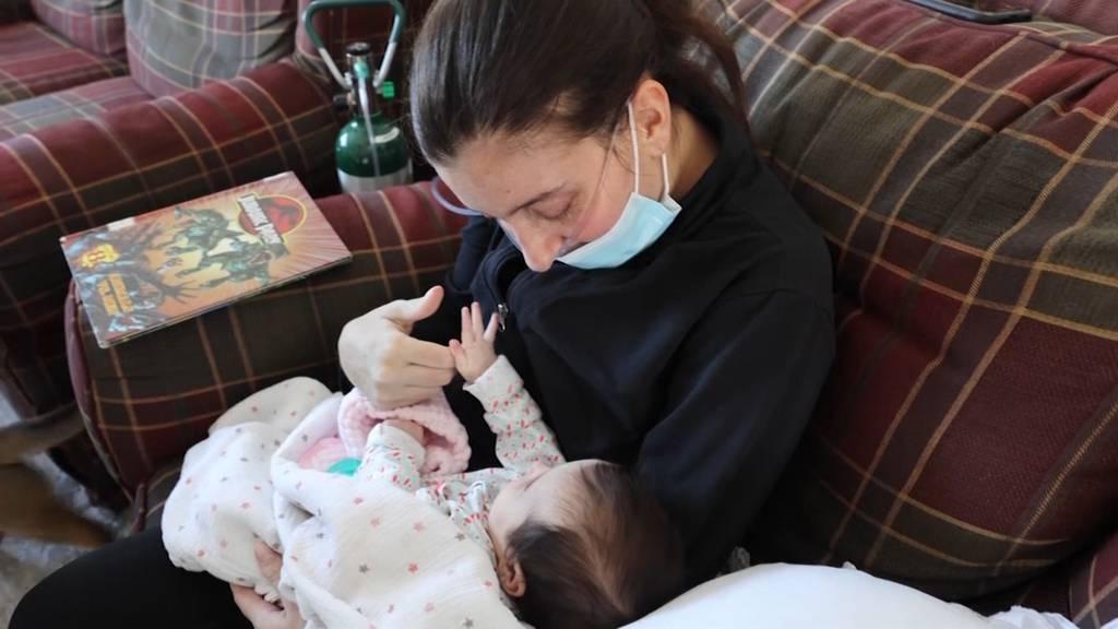 Im Koma wegen Corona: Mutter sieht ihr Baby nach drei Monaten zum ersten Mal
