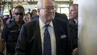 Jean-Marie Le Pen auf dem Weg in den Gerichtssaal