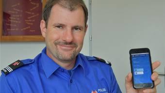 Christian Ambühl, Kommandant der Polizei Stadt Grenchen, mit der neuen App fürs bargeldlose Parkieren.