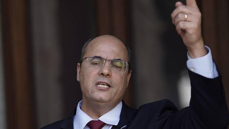 Wilson Witzel, Gouverneur des Bundesstaates Rio de Janeiro, spricht bei einer Pressekonferenz im Laranjerias-Palast. Foto: Silvia Izquierdo/AP/dpa
