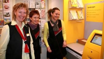 Daniela Brunner von der Post zeigt Regine Lüscher und Valentina Ceta, wie man ein Päckchen wiegt.  ba Daniela Brunner von der Post zeigt Regine Lüscher und Valentina Ceta, wie man ein Päckchen wiegt.  ba